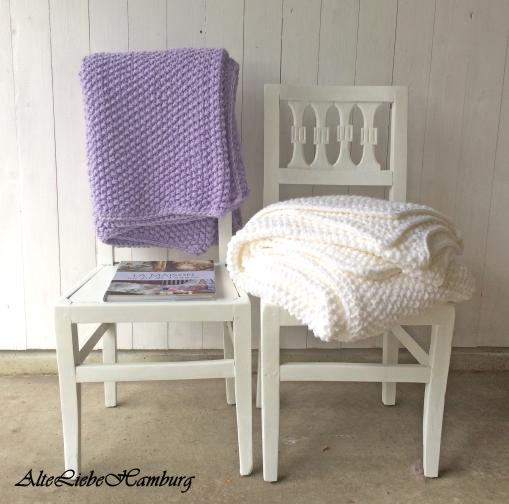 zwei strickdecken tagesdecken in lila und weiß